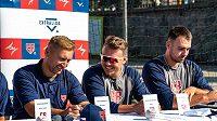 Zleva reprezentační asistent Petr Baroch a hráči Martin Mužík a Martin Zelenka.