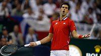 Srb Novak Djokovič během úvodní dvouhry finále Davisova poháru proti Radku Štěpánkovi