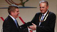 Střídání v čele MOV. Odcházejícího Belgičana Jacquese Roggea (vpravo) nahradí ve funkci předsedy Němec Thomas Bach (vlevo).