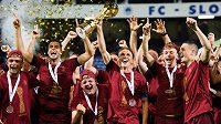 Fotbalisté Sparty Praha oslavují vítězství ve finále MOL Cupu v Liberci.