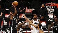 Kyrie Irving z Brooklynu střílí v utkání NBA na koš hráčů Utahu Jazz.