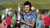 Americký golfista Collin Morikawa vyhrál při svém debutu britské The Open.