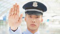 Budou muset mít čínští policisté napříště zbrojní pas i na tvář?