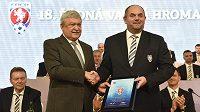 Předseda FAČR Miroslav Pelta (vpravo) a člen Výkonného výboru Evropské fotbalové unie UEFA Sándor Csányi.