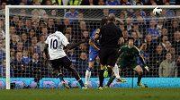 Fotbalista Tottenhamu Emmanuel Adebayor překonává gólmana Chelsea Petra Čecha.