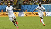Americký záložník Jermaine Jones (vlevo) se raduje z vyrovnávacího gólu proti Portugalsku. Stíhá ho obránce DaMarcus Beasley.