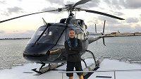 Pilot Ara Zobayan před vrtulníkem, v němž v lednu zahynula basketbalová legenda Kobe Bryant.