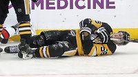 Jake Guentzel z Pittsburghu si poranil rameno po nárazu na mantinel v utkání s Ottawou.