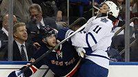 Útočník New Yorku Rangers Derick Brassard nabral hokejkou Jaye McClementa z Toronta.