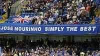 """Fanoušci Chelsea vítali staronového kouče transparentem """"José Mourinho je prostě nejlepší""""."""