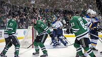 Hokejisté Dallasu Roussel (21), Faksa (12) a Hemský (83) se radují ze vstřelené branky v zápase NHL proti St. Louis.