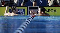 Americký plavec Michael Phelps (vpravo) přijímá gratulace k rekordnímu času na americkém šampionátu.