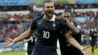 Francouz Patrice Evra (vzadu) gratuluje Karimu Benzemovi.
