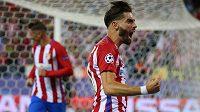 Záložník Atlétika Madrid Yannick Carrasco (vpředu) slaví gól proti Bayernu v zápase Ligy mistrů.