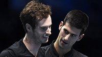 Srbský tenista Novak Djokovič a Brit Andy Murray po exhibičním duelu na závěr Turnaje mistrů.