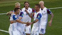 Islandští fotbalisté se radují z vyrovnání proti Argentině.