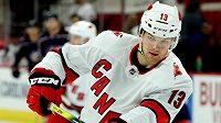 Útočník Warren Foegele podepsal v NHL novou roční smlouvu s Carolinou.