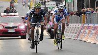 Ze všech sil se vydal český cyklista Jan Bárta (vpravo) ve finiši 14. etapy Gira d´Italia. Těsně však podlehl, z triumfu se radoval Andrey Amador z Kostariky (vlevo)