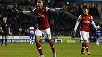 Arsenalu se stále nedaří domluvit na nové smlouvě s anglickým reprezentantem Theem Walcottem (vlevo)