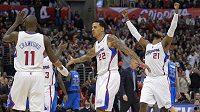 Basketbalisté Clippers se radují z výhry nad Dallasem.