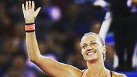 Dvojnásobná vítězka Wimbledonu tenistka Petra Kvitová začala po zranění levé ruky z prosincového přepadení s tenisem.