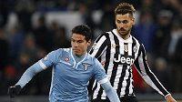 Hernanes v souboji s Fernandem Llorentem z Juventusu. Brazilec bude nově hrát za Inter.