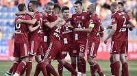 Fotbalisté Sigmy Olomouc se radují z druhé branky v Mladé Boleslavi v utkání druhého kola nejvyšší soutěže.