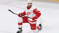 Hokejový obránce Filip Hronek v dresu Detroitu nakukuje do NHL.