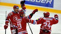 Třinečtí hráči se radují z úvodní branky zápasu v Litvínově, jejímž autorem byl Zbyněk Irgl (vpravo).