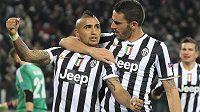Arturo Vidal (vlevo) slaví se spoluhráčem z Juventusu Leonardem Bonuccim svoji trefu z penalty v utkání Ligy mistrů s Kodaní.