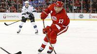 Ruský útočník Pavel Dacjuk (13) z Detroitu Red Wings střílí v zápase proti San Jose Sharks.