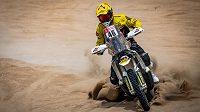 Český motocyklista Jan Brabec na trati první etapy Rallye Dakar z Limy do Pisca v Peru.