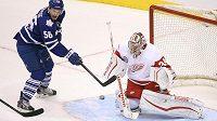 Český brankář Detroitu Red Wings Petr Mrázek (34) zasahuje proti jedné ze střel v zápase proti Torontu Maple Leafs.