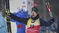 Vítěz sprintu Johannes Thingnes Bö se raduje v cíli.