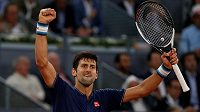 Novak Djokovič se raduje z postupu do čtvrfinále na turnaji v Madridu.