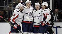 Hokejový obránce Washingtonu John Carlson (druhý zleva) byl zvolen hvězdou uplynulého týdne v NHL.