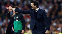 Trenér fotbalového Realu Madrid Santiago Solari gestikuluje ve šlágru s Barcelonou.