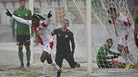 Peter Olayinka ze Slavie právě vstřelil gól v utkání s Příbramí, které se hrálo na zasněženém terénu.