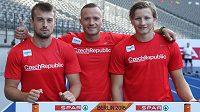 Jan Veleba mezi svými sprinterskými kolegy Zdeňkem Stromšíkem (vlevo) a Dominikem Záleským.