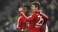 Fotbalisté bayernu Mnichov Thomas Müller a David Alaba (vlevo) se radují z gólu proti Mönchengladbachu.