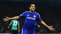 Záložník Chelsea Cesc Fábregas slaví svůj gól v utkání Ligy mistrů proti Schalke.