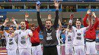 Brankář Petr Štochl (uprostřed) se se spoluhráči raduje z výhry nad Islandem.