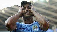 Útočník Manchesteru City Sergio Agüero se po jedné ze svých neproměněných šancí chytá za hlavu.