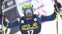Ital Dominik Paris slaví vítězství v Chamonix.