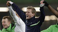 André Schürrle z Wolfsburgu slaví se spoluhráči vítězství nad Gentem a postup do čtvrtfinále Ligy mistrů.
