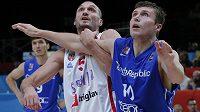 Marko Simonovič ze Srbska v souboji s českým basketbalistou Pavlem Houškou (vpravo) ve čtvrtfinále ME.