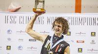 Adam Ondra třímá trofej pro mistra světa v lezení na obtížnost. Ve španělském Gijónu triumfoval nedlouho poté, co ovládl v Mnichově MS v boulderingu.