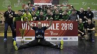 Hráči a členové realizačního týmu Karviné se radují z triumfu v poháru.