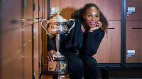 Serena Williamsová s trofejí pro vítězku Australian Open.