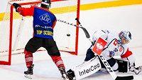 Ryan Lasch z Frölundy dává třetí gól, plzeňský brankář Dmitrij Milčakov už zasáhnout nestačil.